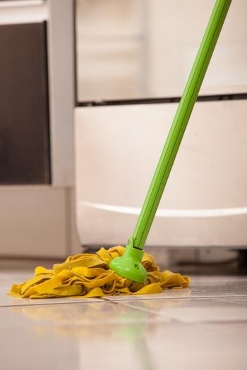 花粉が床に落ちたら、モップや雑巾など拭き掃除でおうちの花粉をしっかりと除去します。