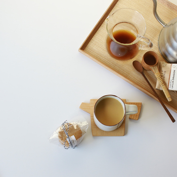 コーヒータイムを楽しく演出してくれる、キッチンツールを型どったicuraのコースター。コースターとしてもクッキーなどを置くプレートとしても使える便利な木製コースターです。