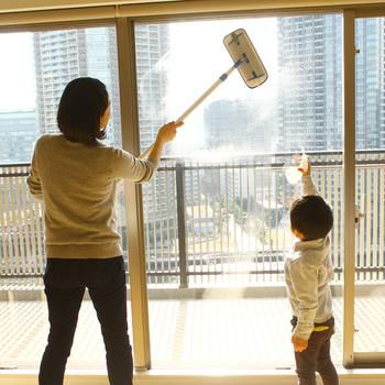 花粉対策として、外に面している窓や網戸の掃除がとくに大切。MQ・Duotex プレミアムモップは床だけでなく、窓や網戸にも使用できてとっても便利。小柄な女性でも気軽に使うことができます。花粉の時期だけでなく、結露が気になる時期にも活躍してくれるので重宝しそう。