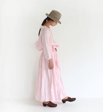 こちらはワンピースのように見える、セットアップコーデ。ピンクのブラウスとスカートを合わせ、ふわっとナチュラルに着こなしています。ピンクも濃い色より薄い色を選ぶと、子どもっぽくなり過ぎないスタイリングを楽しむことができますよ。
