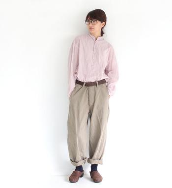 ピンクのシャツに、ベージュのワイドパンツを合わせたスタイリング。ナチュラルコーデの定番カラー・ベージュと、ピンクを合わせることで、程よい女性らしさのあるナチュラルコーデに。さらにゆったりシルエットを意識すれば、より一層こなれ感が増します。靴下やシューズの色で遊びを加えるのもおすすめですよ。