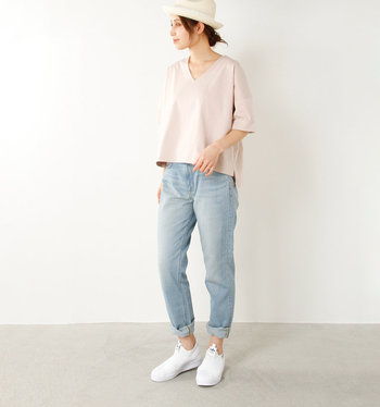 Vネックがすっきりした印象を与えてくれるプルオーバーに、薄色デニムパンツを合わせたスタイリング。ハットや白スニーカーで爽やかさをアピールし、デニムをロールアップして女性らしさをアップ。カジュアルなのに大人味の爽やかピンクコーデの完成です。