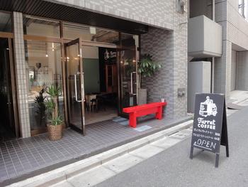 築地駅からすぐのところにある「ターレットコーヒー」は、2013年のオープン以来築地エリアで注目されているコーヒー専門店。黒い看板と赤いベンチが目印です。