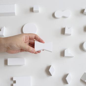 モダンなデザインを取り入れながら、子どもたちの創造力を育むおもちゃブランド「ROCK & PEBBLE」のユニークな積み木セット「MINI FUNITURE」。