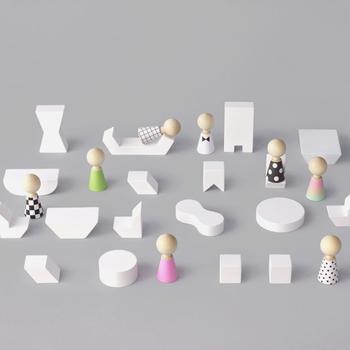 こちらお人形遊びができるような形の積み木が揃っているのですが、とてもシンプルなデザインですので、お子さまの自由な発想でお人形遊びを楽しむことができます!