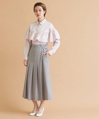ピンクのフリルブラウスに、グレーのロングスカートを合わせた着こなしです。ブラウスはボトムスにインして、洗練された上品なスタイルに仕上げています。ピンクをかっちり着こなしたい時には、これくらいきっちりまとめるのもアリですね♪