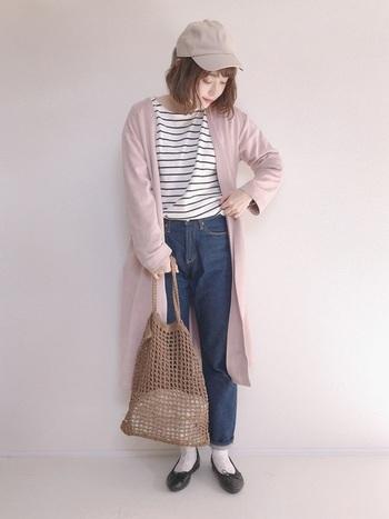 ボーダートップス×デニムの定番コーデに、ピンクのガウンコートを羽織った着こなし。ベージュのキャップやメッシュバッグで、春らしさと軽やかさをプラスした、大人カジュアルなピンクコーデの完成です。
