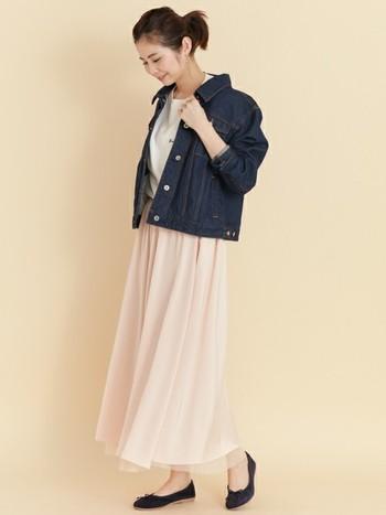 薄ピンクのロングスカートに、白トップスとデニムジャケットを合わせた大人のピンクコーデです。白トップスだけだと少しシンプルになり過ぎてしまうので、デニムジャケットで甘さを調節。デニムジャケットは袖を通さず、肩から羽織るだけでも◎