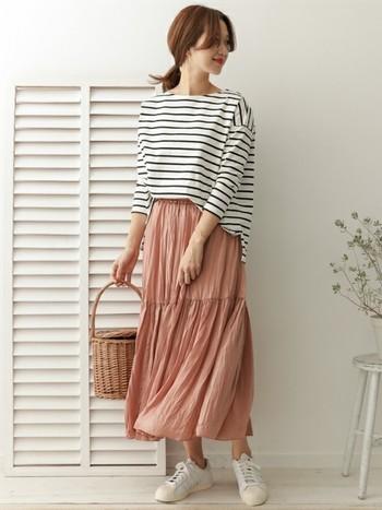 ひらひらと揺れるシルエットが、女性らしいピンクのティアードスカート。カジュアルなボーダートップスと合わせれば、品のある大人ナチュラルコーデに。程よく華やかさのある着こなしは、女子会やデートなどにもぴったりです。