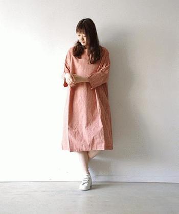 コットンリネンで作られたピンクワンピースは、グレンチェックのデザインと、ふわっと広がるシルエットが女性らしいキュートな一枚。コットンリネンのお洋服はナチュラル感がしっかりアピールできるアイテムなので、ピンクコーデ初心者さんでも、難なく着こなせますよ。
