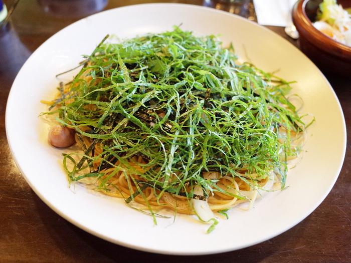 こちらの名物はパスタ。中でもオリジナルの「和風スパ」は、ピリ辛仕上げの醤油ベースのパスタに、刻み海苔と大葉を山盛りにトッピング!ここでしか食べられない味は、何度も通うファンがいるほど。