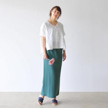 白のレーストップスに、グリーンのロングタイトスカートを合わせた着こなしです。明るすぎないグリーンをチョイスした爽やかなスタイリングは、大人女子の甘すぎないデートコーデにもぴったり♪