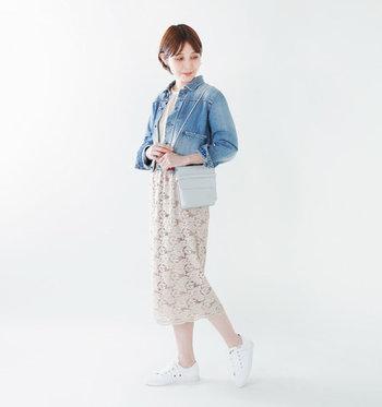 レースのレディライクなロングスカートには、デニムジャケットを合わせてカジュアルダウン。女性らしいのに動きやすい服装で、普段着コーデにはもちろん、デートにもぴったりな着こなしです。