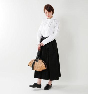 黒のシンプルなロングスカートに、白ブラウスを合わせたきちんとスタイリング。ゆったり過ごしたい休日や、きちんと感を出したいお出かけ着としても使える万能コーデです。バッグやアクセサリー使いで、TPOに合わせた着こなしを楽しめそうですね。