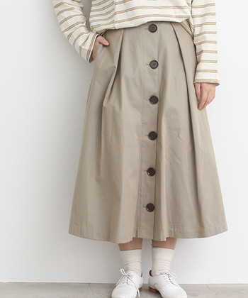 ロングスカートは身に付けるだけで上品で洗練されたイメージや、カジュアルでトレンド感のあるコーデが作れるアイテム。いつものスカートやパンツをロングスカートに変えるだけで、簡単に大人っぽいコーディネートが作れてしまうんです♪今すぐ真似できる、ロングスカートを使ったコーデや、着こなしのコツをチェックしてみましょう。