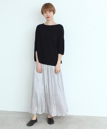 サテン素材で軽やかなロングスカートは、黒のトップスとシューズと合わせて、クールなモノトーンコーデに。シルバーのスカートをチョイスしたことで、黒トップスと合わせてもシンプルになり過ぎない着こなしに仕上がります。