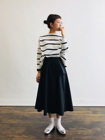 黒のロングスカートに、定番の幅広ボーダートップスを合わせたシンプルコーデ。アップにしたヘアスタイルやシルバーのパンプスで、カジュアルな装いもクラシカルな印象に。ちょっとしたお出かけにもぴったりですね。