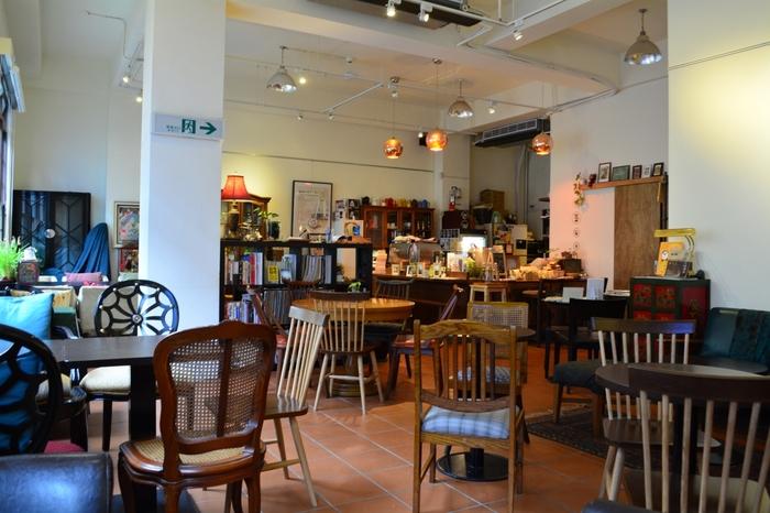 迪化街は歴史深い問屋街ということもあって、コーヒーというよりお茶のイメージが強いですが、「爐鍋咖啡」は、迪化街で唯一本格コーヒーを楽しめるカフェです◎。店内は台湾のアンティーク家具がもてなす、大人の上質な空間。