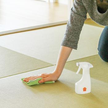 ニット製品の特徴は編み目があることで吸着面積が広く、凹凸により、凸凹の表面の汚れをかきとってくれます。なので少しの水をクロスにスプレーすればカーペットはもとより、和室の畳の細かい目に入った花粉もしっかりお掃除出来ます。