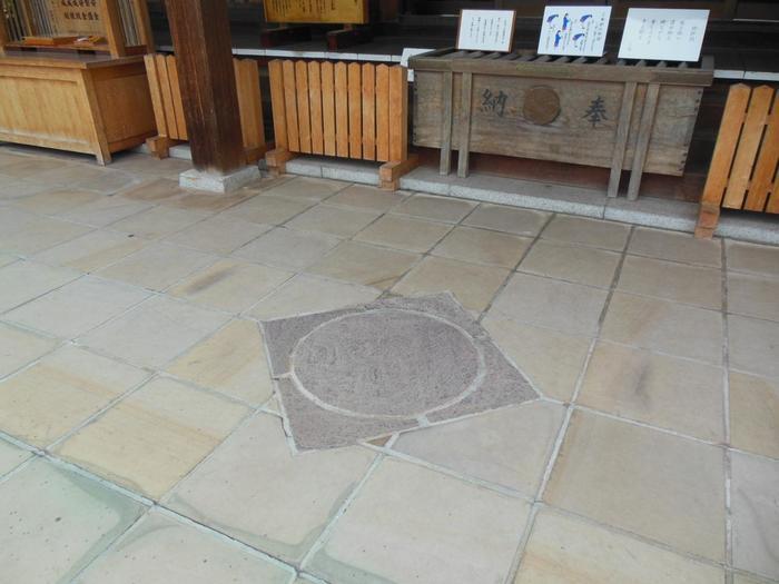「両性合体石」と呼ばれる陰陽石は、拝殿前のわかりやすい場所にあります。「男石」「女石」「両性合体石」の三石をコンプリートして、願い事をしてくださいね。江戸時代から続いている陰陽石での縁結びには、確かなご利益がありそうです!
