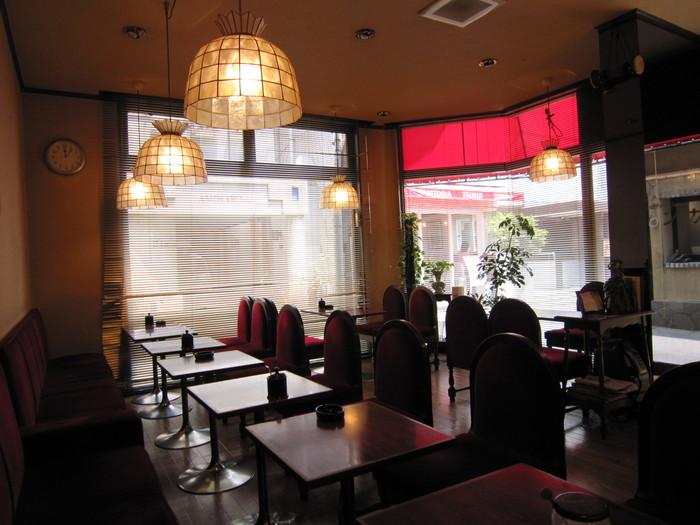 えんじ色の椅子とよく磨かれたテーブルなど、どことなくクラシックな雰囲気が漂う店内。大通りから路地に入ったところにあるので、静かに過ごしたい時にぴったりです。