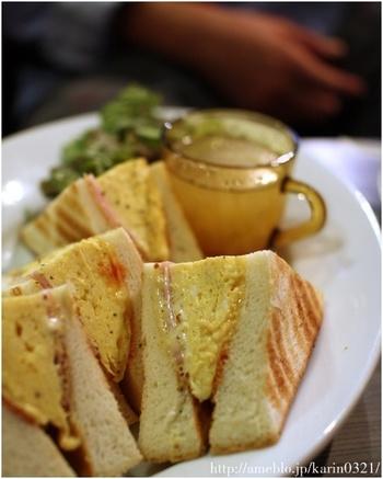メディアでも紹介されることのある名物の「ホットサンド」。サクサクのトーストに半熟のふわとろオムレツをサンドしたオリジナルのメニューは、一度は食べてみる価値あり!
