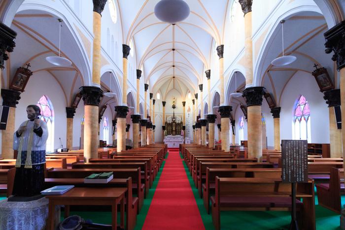 ステンドグラスから差し込む光が美しく、明るい内部。教会は、島の人の信仰の場所です。騒いだりしないように謹んだ態度を心がけましょう。
