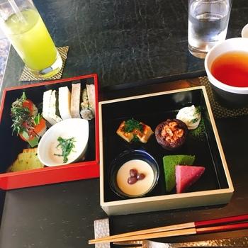 お重に盛り付けらえた「和のアフタヌーンティー」は、ほうじ茶のパンナコッタや海苔の入ったサンドイッチなど、ここならではのメニューが楽しめます。少しずついろいろなものを食べたいという女性の願いを叶えてくれるような、上品な盛り付けもステキ。日本茶専門店だけに、冷たい緑茶や温かいほうじ茶など、極上の味わいです。