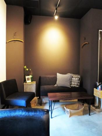 照明を落とした店内は、隠れ家のような落ち着いた雰囲気。ゆったりと配置されたソファも座り心地が良く、まったりと過ごしたいときにおすすめです。