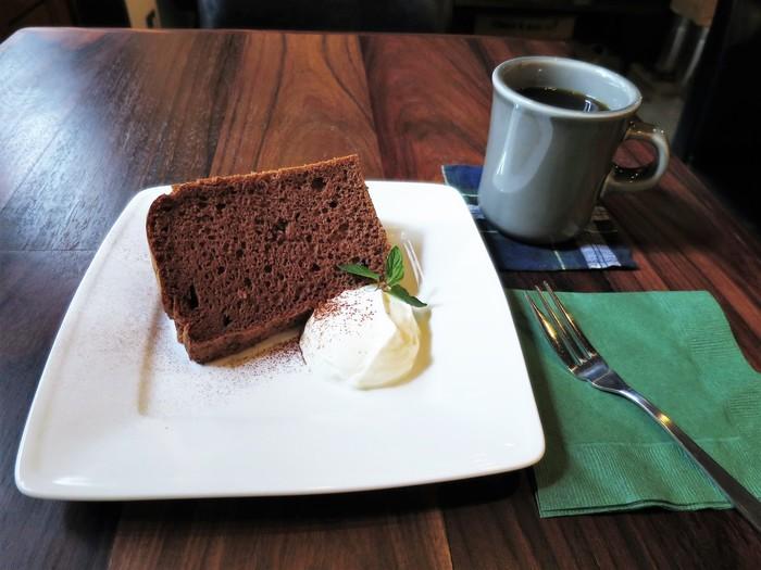 手作りのココアシフォンケーキは、大きめにカットされていて甘いもの好きにはうれしいサイズ。トッピングのクリームをたっぷりつけて味わいましょう。
