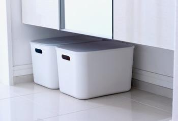 シューズボックスの下の空間に無印の収納ボックスをセット。お子様のボールやグローブなどもオシャレに収納できちゃいます。