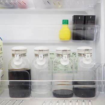 ポン酢や醤油なども卓上に出せるサイズに詰め替えて揃えて収納すればキレイに収まります。