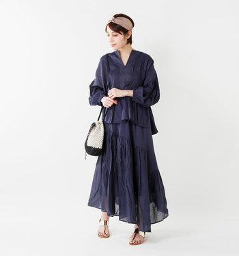 同じ雰囲気のスカートなどで女性らしい装いにまとめるのも素敵ですし、あえてシンプルなボトムスでカジュアルダウンするのもOK。