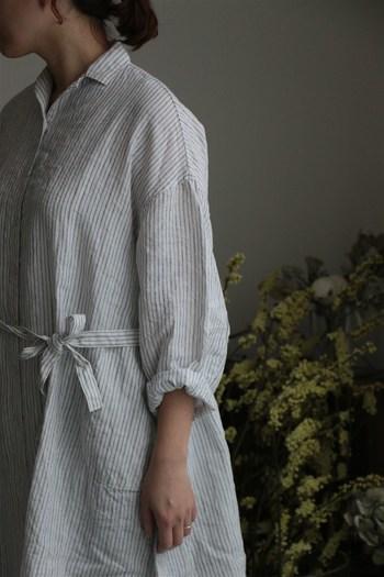 麻100%のさらさら爽やかなワンピース。そのままワンピースとして着るのもいいですし、フロントを開けてガウンのように羽織るのも軽やかでいいですね。
