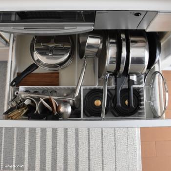 キッチンの引き出しにお鍋を収納していると、取り出しづらいのが悩み。そんなときは、こうして立てて収納することで解決♪