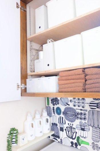 白色の収納ボックスを使うことで上手に隠す事ができ、空間に清潔感を出すこともできるので使われている方も多いですよ。