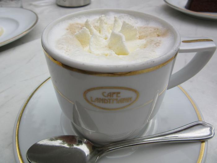 こちらはカフェラテにホイップクリームを乗せた「フランツェスカーナー」。「Cafe Landtmann」ではこの他にもアレンジコーヒーが30種類以上!リキュールの入った大人のコーヒーも楽しめます。