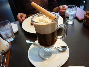 日本のウィンナーコーヒーにもっとも近いものは「アインシュペンナー」と呼ばれています。たっぷりのホイップクリームにシガーがトッピング。