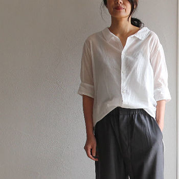 ゆるめの襟まわりや肩のライン、五分袖など、懐かしくて優しい雰囲気を醸すシャツ。裾をくしゃっと無造作に着こなすのも素敵。