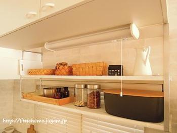 吊り棚も収納ケースを使ってスッキリと。素材感を揃えればオシャレにまとまります。
