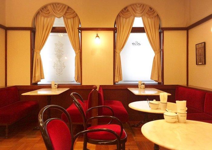 「カフェ ウィーン」は三越日本橋の中にある、レトロでヨーロピアンな喫茶店。お店の名前の通りウィーンに迷い込んでしまったかのような感覚に。