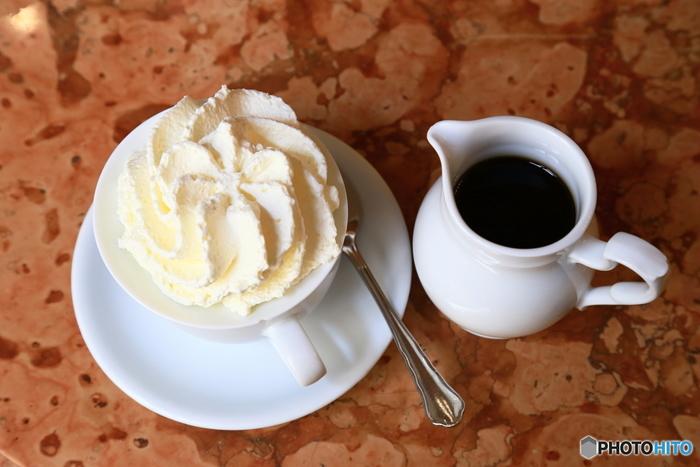 """どんな季節もやっぱり、ほっとひと息つける温かくて甘いドリンクが欲しくなるもの。ふんわり甘いクリームが乗った""""ウィンナーコーヒー""""は、コーヒーが苦手な方でも楽しめる魅惑のドリンク♪"""
