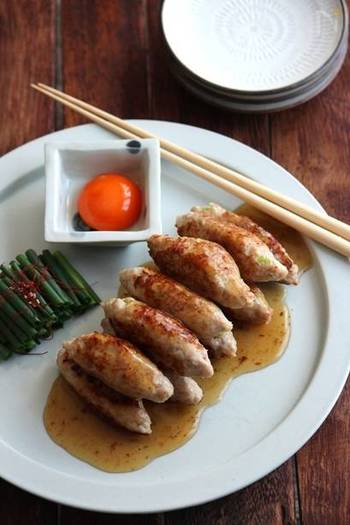 鶏ひき肉×長ねぎ。つなぎで卵も使用する鶏つくねのレシピ。めんつゆとみりんで作る出汁の効いた甘辛タレに、卵黄をからめて食べれば絶品。