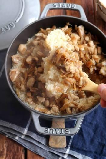 鶏もも肉×ごぼう。ごぼうの風味と鶏の旨味がたっぷり炊き込まれた、ちょっと甘めの炊き込みご飯レシピ。鶏皮を炒めた油を使った煮汁がミソです。