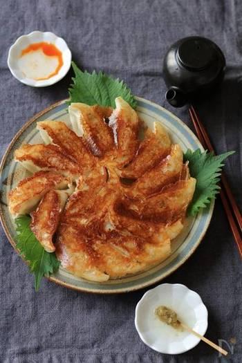 鶏ひき肉×大葉。玉ねぎもたっぷりと入れて、今度は餃子に。にんにく不使用で大葉が香るほんのり和風な餃子には、柚子胡椒と酢のさっぱりタレがよく合います。