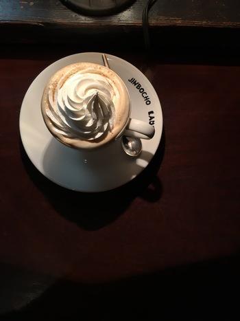 """コーヒーが苦手な方でも楽しめる、ふんわりあまーい""""ウィンナーコーヒー""""。東京都内で飲める場所はご紹介した他にもたくさんあります。ぜひお気に入りの一杯を見つけてみませんか?"""