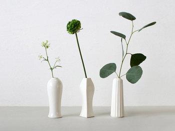 """好きな花を数本ずつ購入し、それぞれ瓶にいけ、距離をもって置くと、飾らないはなやかさが生まれます。""""デコレーションしなきゃ""""って肩に力が入らないのも◎。花を置く場所にホコリがかからないようにと自然に掃除するオマケも♪"""