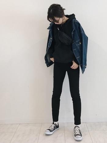 逆に黒でまとめると、ボーイズライクな恰好良さが生まれます。シルエットをタイトにすれば、色が濃くても重さを感じさせません。