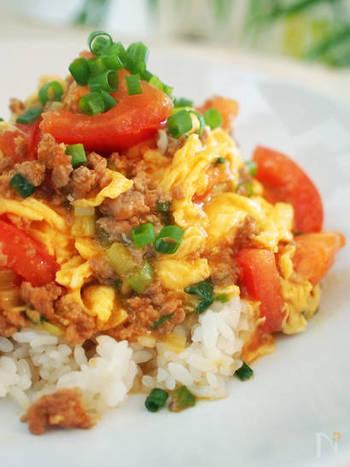 豚ひき肉×トマトで作る、ピリ辛な麻婆トマト丼のレシピ。トマトと卵、中華の相性は抜群!10分で作れてしまうので、お昼ごはんにもぴったり♪