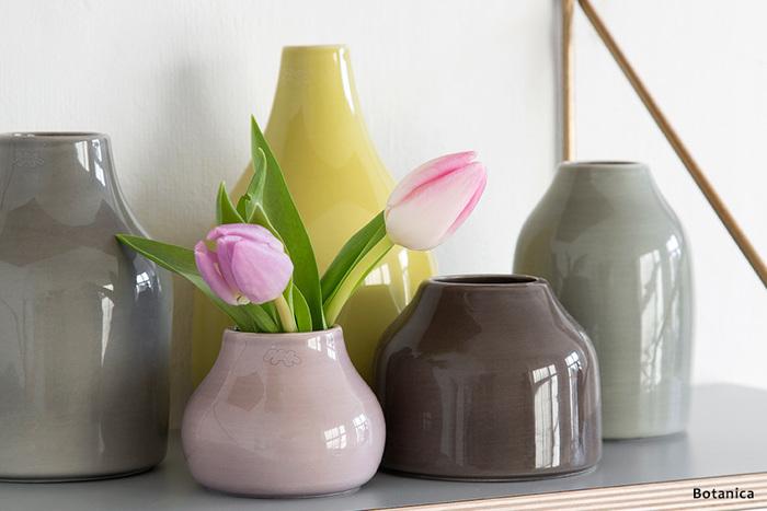 あえて短くカットしてぽってりとした花器に生けると、可愛らしさが溢れてくるようですね。お花と色合いの似た花器をチョイスすれば、全体の印象がすっきりとまとまります。